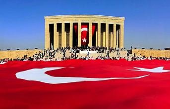 Anıtkabir'de 60 metrelik Türk bayrağı açıldı