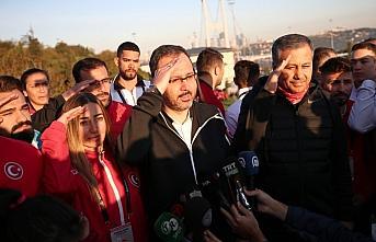Bakan Kasapoğlu ve milli sporcular, 15 Temmuz Şehitler Anıtı'nı ziyaret etti
