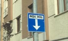 Ters dönen trafik levhası kafa karışıklığına sebep oluyor