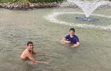 Gençlerin sağanak yağmur altında süs havuzu keyfi