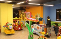 Çocukları rahat etsin diye açtığı oyun salonu...