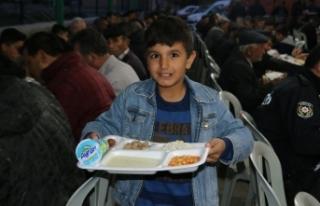 Ramazan ayı boyunca iftar yemeği veriyorlar