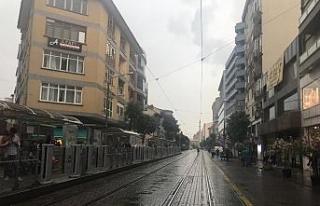 Eskişehir'de aniden bastıran yağmur vatandaşlara...