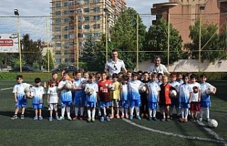 Kaleci Ebrar'dan Eskişehirspor yaz okuluna ziyaret