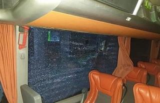 Seyir halindeki otobüse taş atıp camını kırdılar