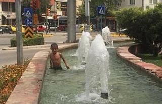 Eskişehir'de sıcaktan bunalan çocukların suda...