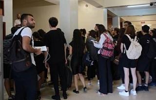 Tiyatro Anasanat Dalı adayları yetenek sınavlarında...