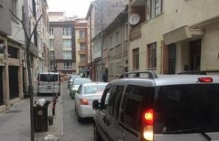 Gelişi güzel atılan kalaslar sokağı trafiğe...