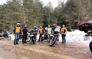 Her yıl motosikleti ile 67 kilometre yol yaparak...