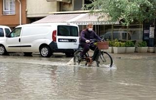 Ara sokaklar göle döndü, çevre yolunda trafik...