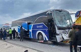 Yolcu otobüsü çekiciye çarptı: 12 yaralı