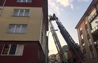 Apartman çatısında çıkan yangın paniğe neden...