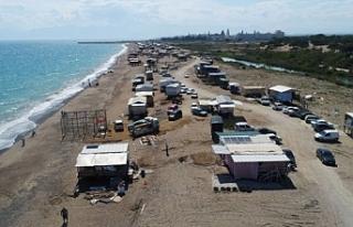 Antalya'da denize sıfır kurulan çardaklarda tatil...