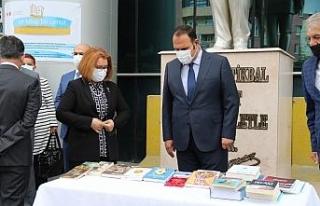 Eskişehir Adalet Sarayı önünde bağış kitap...
