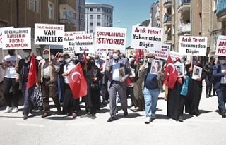 HDP önünde çocukları için eylem yapan Vanlı...