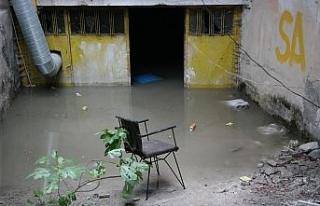Eskişehir'de kanalizasyon taştı, bir binanın...