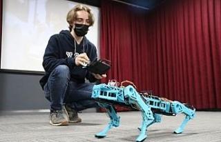 Lise öğrencisi Halid ödüllü robotunu öğretmenlerine...