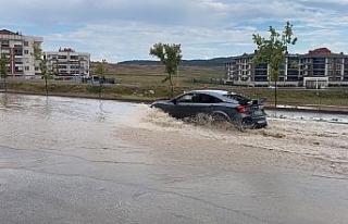 Yağış sonrası oluşan göletler araçları zora...