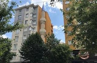 7 katlı binaların arasında kalan cami adeta görünmez...