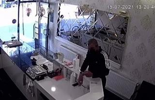 Güpegündüz gerçekleşen hırsızlık kameralara...