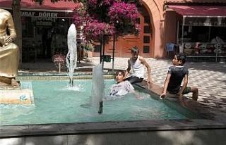 Sıcaktan bunalan çocukların tehlikeli süs havuzu...