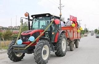 Sünnet düğünü öncesi traktörü süsleyerek...