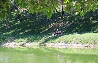 Ağaç gölgesinde balık tutarak şehrin stresinden...