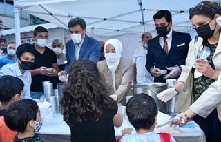 AK Tepebaşı'ndan vatandaşlara aşure ikramı