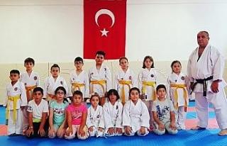 Yaz okulunda minikler karate öğreniyor