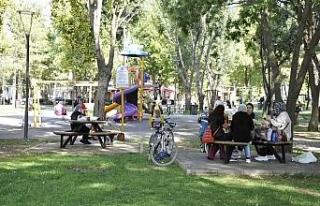 Eskişehirliler güneşli havanın tadını parklarda...