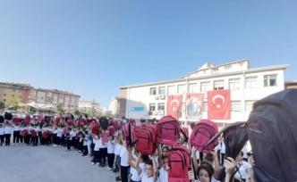 Hayırsever veli 290 öğrenciye çanta hediye etti