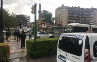 Otomobilin tramvay durağına çarpma anı güvenlik kameralarına yansıdı