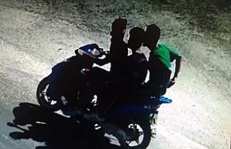 Çaldıkları motosikletle kaçarken kameraya yakalandılar