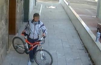 Apartman boşluğundan bisiklet çalan hırsız yakalandı
