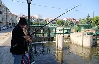 Yasaksız cumartesinin tadını balık tutarak çıkardılar