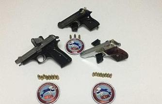 Şüpheli 3 şahsın üzerinde tabanca ve uyuşturucu ele geçirildi