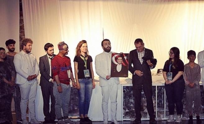 'Ayvalık Tiyatro Festivali'ne; Anadolu Üniversitesi Hukuk Fakültesi ''Sui Generis Tiyatro Damgası'