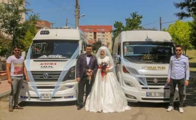 Servis minibüslerinden düğün konvoyu