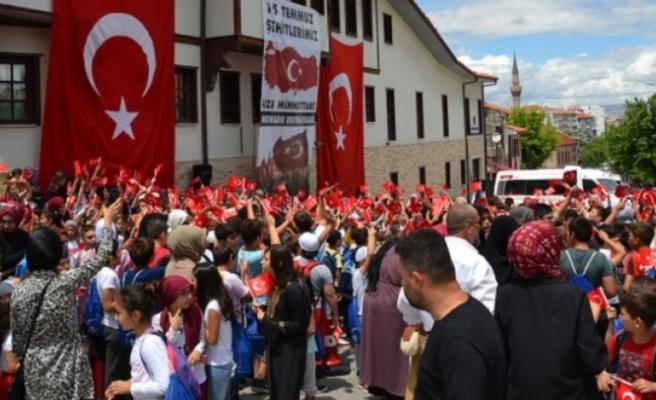Eskişehir Birlik Vakfı Yaz Okulu öğrencileri 15 Temmuz şehitlerini andı.