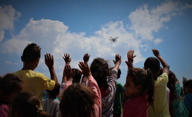 Mevsimlik işçi çocuklarının drone ile tanışması