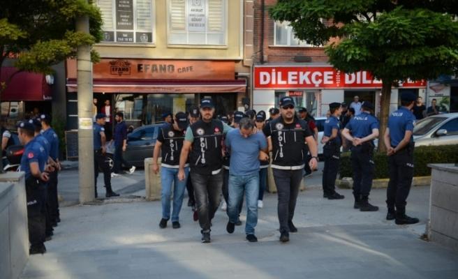 Eskişehir merkezli 3 ilde yapılan uyuşturucu operasyonunda yakalanan şüpheliler adliyede