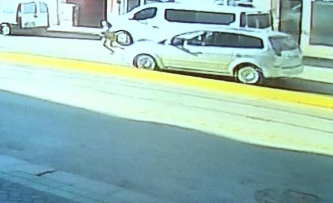 Yolun karşısına geçmek isteyen çocuğa otomobil çarptı