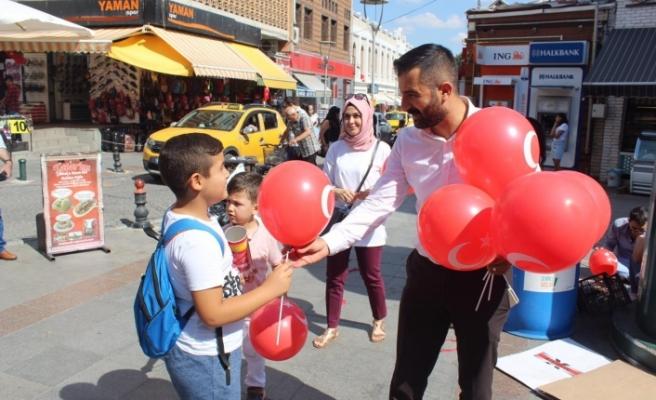 AK Parti Odunpazarı Gençlik Kolları'ndan vatandaşlara bayrak