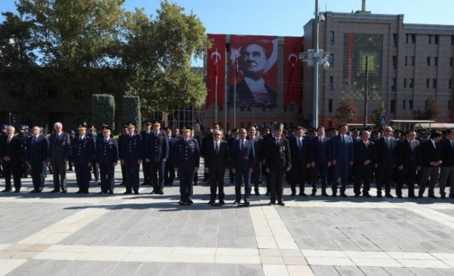 Eskişehir'de Gaziler Günü münasebetiyle Atatürk Anıtına çelenk sunuldu