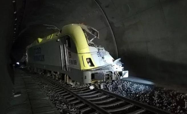 Tren kazası seferlerde aksamaya neden oldu