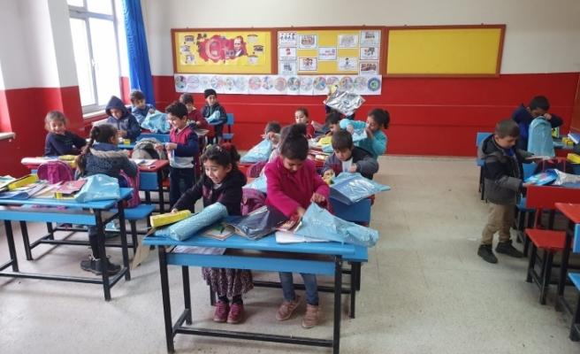 Havacılar Derneği üyeleri köy okuluna kırtasiye yardımında bulundu