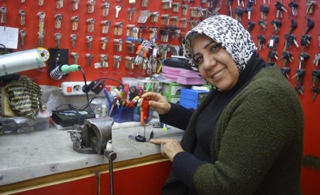 (Özel) Türkiye'nin ilk ruhsatlı kadın çilingiri 30 yıldır müşterilerini şaşırtıyor