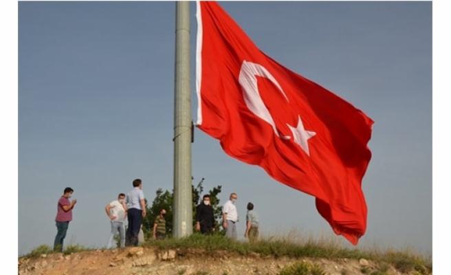 101. yılda 101 metrekarelik dev Türk bayrağı göndere çekildi