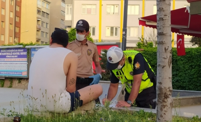 Hem sokağa çıkma kısıtlamasını ihlal etti, hem de polise zorluk çıkardı