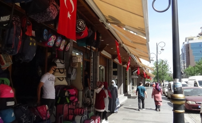 Terörün izlerinin silindiği Sur'da esnaf iş yerlerini Türk bayrakları ile donattı